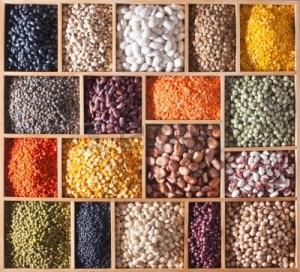 13515004-diferentes-leguminosas-en-una-caja-de-madera (1)